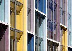 De oudste school van Denemarken is gerenoveerd en uitgebreid met een hedendaagse nieuwbouw. C.F. Møller Architects heeft de uit 1847 stammende Sølvgade-school in Kopenhagen letterlijk kleurrijker gemaakt. De gekleurde kozijnen leggen bovendien een relatie met de historische omgeving.