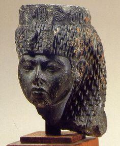 De esta época proceden algunas estatuillas de la reina Tiye, esposa de Amenhetep III, en las que se muestran unos rasgos que parecen indicar el carácter de esta poderosa mujer