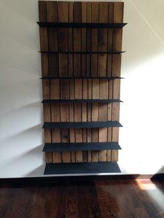 Libreria di legno di botte e ferro
