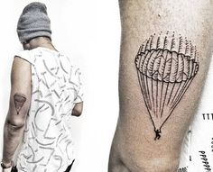 Tatuaje de un paracaidista en el triceps.