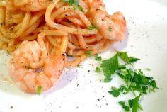 Los espaguetis con langostinos es una receta que se elabora en menos de 15 minutos y se puede acompañar de infinidad de aderezos.