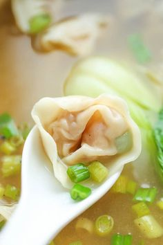 Wonton Soup - A super easy, light and comforting wonton soup that you can make right at home - and it tastes better than ordering out! Shrimp wontons and baby bok choi. Asia Food, Wan Tan, Asian Recipes, Healthy Recipes, Fall Soup Recipes, Dinner Recipes, Asian Soup, Wontons, Soup And Sandwich
