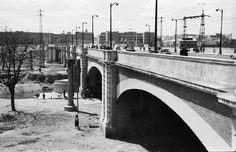 1960. Vista del puente de Praga por el que circulaban los tranvías.