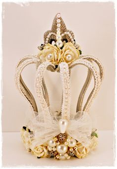 This time I have an altered item for you . I altered this crown. originally it& a candle holder I bought at the Action (a low budget stor. Crown Centerpiece, Centerpieces, Diy And Crafts, Arts And Crafts, Rosalie, Paper Crowns, Diy Crown, Chocolate Bouquet, Candy Bouquet