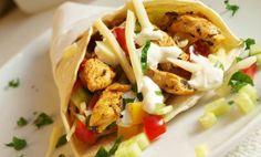 SUROVINY 6 ks tortill 500 g kuřecích řízků (prsa) koření na gyros olivový olej čerstvá okurka hadovk Bon Appetit, Food Porn, Food And Drink, Mexican, Hamburger, Healthy Recipes, Meals, Chicken, Dinner