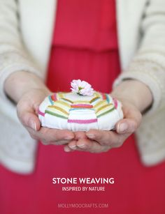 Stone Weaving - such a pretty and unique handmade gift or decor idea to make together with kids. All you need is felt, yarn and a smooth stone | @Jenny Marklund for MollyMooCrafts.com