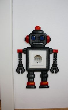 Bügelperlenfigur in Roboter Gestalt zum verschönern von langweiligen Steckdosen und Lichtschaltern. Den Trauerrand, den klebrige Kinderfinger um den Lichtschalter hinterlassen kann man einfach...