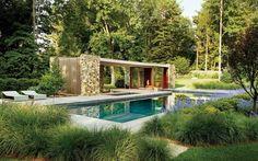 Die Landschaftsgestaltung von Andy Sturgeon genießen wir sehr gerne.Die Pergola ist von üppigem Grün und beruhigend fließendem Wasser...Überdachte Terrasse