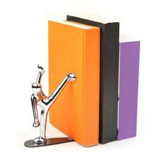 El sujeta libros que sostiene los volúmenes con una patada de karate.