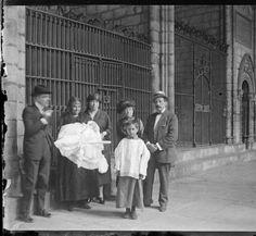 Bateig d'un familiar. Claustre de la catedral de Barcelona :: Fons fotogràfic Frederic Mompou (Biblioteca de Catalunya)