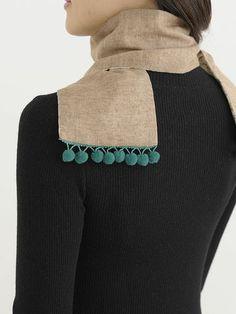 ボンボンブレードをはさんで縫い合わせた、リバーシブルマフラー。/おしゃれなリバーシブルマフラー(「はんど&はあと」2013年1月号)