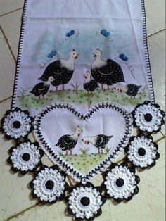 This Pin was discovered by cel Embroidery Patterns, Hand Embroidery, Crochet Patterns, Crochet Embellishments, Crochet Kitchen, Crochet Borders, Yarn Needle, Crochet Accessories, Beautiful Crochet