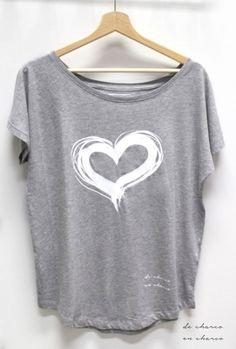 Camiseta oversize en para mujer CORAZON BLANCO. 100% algodón. Corte femenino extralargo, manga amplia, bajo redondeado en cintura. Cuello con