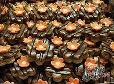 Vánoční cukroví, které nemá konkurenci - Linecké ořechové kostky   NejRecept.cz Graham Crackers, Biscotti, Diy And Crafts, Stuffed Mushrooms, Muffin, Food And Drink, Cookies, Vegetables, Breakfast