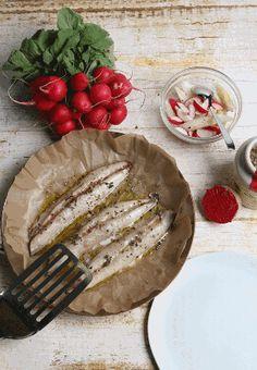 (Quelle: SWR) Makrelenfilet aus dem Ofen mit Sauce gribiche und Spargel-Radieschen-Salat (Koch: Tarik Rose)
