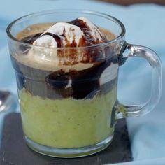 Perpaduan rasa antara manisnya buah alpukat, dan es krim vanilla ditambah guyuran kopi pahit, menghasilkan rasa yang sangat menyegarkan. Cocok dinikmati saat kamu haus namun ingin mengkonsumsi yang membuat kenyang perutmu.  Bahan: 1 buah alpukat matang 3 sdm kental manis putih 3 sdm kopi 200 ml air Es krim vanilla Cokelat Dessert Drinks, Yummy Drinks, Dessert Recipes, Yummy Food, Desserts, Cooking Cake, Cooking Recipes, Coffee Drink Recipes, Diy Food