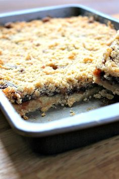Mincemeat Crumble Slices A sweet crumble traybake using mincemeat. The mincemeat crumble slices make a great alternative to traditional mince pies. Mince Pies, Mince Meat, Baking Recipes, Cookie Recipes, Dessert Recipes, Picnic Recipes, Picnic Ideas, Picnic Foods, Meal Recipes