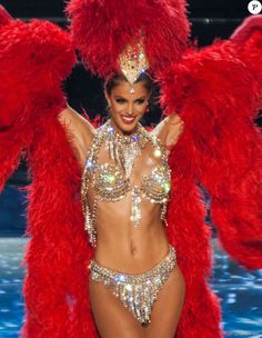 La sublime Iris Mittenaere (Miss France 2016) dans un costume ultra sexy de danseuse du Moulin Rouge lors de l'élection de Miss Univers 2017 à la salle omnisports Mall of Asia Arena à Pasay, Chili, le 26 janvier 2017.