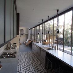 Cuisine verrière - window wall opens up a long and thin galley kitchen Cocina Office, Home Decoracion, Cuisines Design, Modern Kitchen Design, Kitchen Colors, Kitchen Ideas, Kitchen Flooring, Interior Design Inspiration, Kitchen Interior