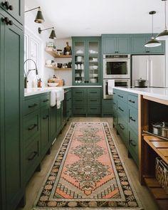 Kitchen Interior Design 13 Envy-Inducing Green Cabinets That Will Make Your Houseguests Jealous Home Design, Küchen Design, Design Trends, Unique House Design, Design Elements, Modern Design, Home Interior, Interior Design Kitchen, Interior Ideas