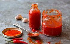Hjemmelaget sriracha er spicy chilisausen alle kokker sverger til. Oppskriften stammer fra Thailand, hvor de helst bruker den til sjømat, mens indoneserne bruker den til suppe, nudler og vårruller. Denne oppskriften gir ca. 8 dl saus.