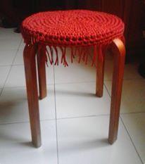 taburete a crochet con trapillo quedo como nuevo