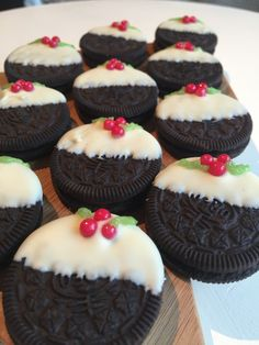 Check out these cute no bake oreo christmas pudding cookies. they are super quick and easy to make. the perfect festive recipe. Take a look at my tutorial to find out how to make them! Christmas Fair Ideas, Christmas Party Food, Xmas Food, Christmas Cooking, Christmas Desserts, Christmas Treats, Christmas Cupcakes, Christmas Presents, Christmas Stall Ideas