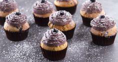 Muffins με μύρτιλα (blueberries) από τον Άκη Πετρετζίκη. Φτιάξτε τα πιο όμορφα και γευστικά muffins με μύρτιλα που θα λατρέψουν μικροί και μεγάλοι. Δοκιμάστε τα