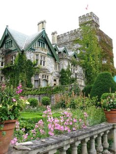 Hatley Castle, Vancouver Island, Canada Beautiful Castles, Beautiful Buildings, Beautiful Homes, Beautiful Places, British Columbia, Hatley Castle, Vancouver Island, Beautiful Architecture, Tudor Architecture