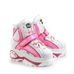Lässiger, knöchelhoher Sneaker aus weißem Lackleder mit ca. 6 cm Plateausohle, Schnürung, pink-farbenem Klettverschluss und Ziernähten und einer gepolsterten Innensohle.
