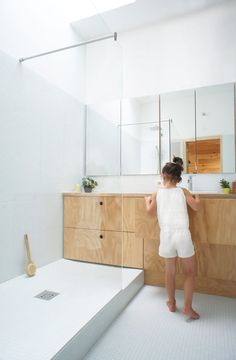 Perfect minimal bathroom with birch plywood details Atelier Vens Vanbelle · Stephanie & Kevin House // light and airy bathroom, natural light, clean neutral colors, bathroom inspiration Minimal Bathroom, Modern Bathroom, Small Bathroom, Colorful Bathroom, Master Bathroom, Bathroom Trends, Bathroom Renovations, Home Remodeling, Remodel Bathroom