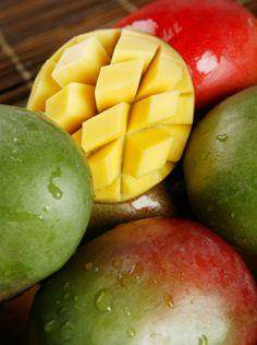MANGO - Het antioxidant in een mango kan kankercellen bestrijden. Daarnaast bevat deze vrucht veel ijzer, wat gunstig is voor mensen met bloedarmoede, zoals zwangere vrouwen. Voor de toekomstige moeders zijn de stoffen calcium en magnesium ook nog eens heel bevorderlijk aangezien ze stressverlagend werken en helpen om een miskraam te voorkomen. Mango helpt je poriën te openen, wat resulteert in en zachte, glanzende huid. Mango bevat tryptofaan: ook wel het gelukshormoon genoemd.