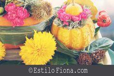 Arreglo floral creativo con flores, zapallos y calabazas.