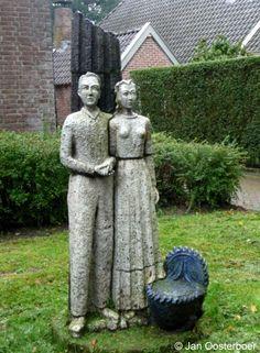 """Voor het voormalige gemeentehuis aan de Brink staat het kunstwerk """"Het Leven"""" van Anno Smith uit 1959. Hierop afgebeeld staat de geboorte (wieg), het huwelijk (het echtpaar) en de dood (de gebroken zuil)"""