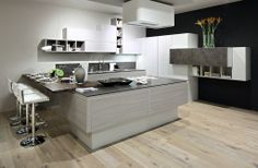 MANGO, la cucina in techniplan. Composizione formata da penisola con piano cottura, angolo dispensa, vani a giorno e postazione per la colazione.