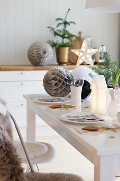 Christmas Feeling, Christmas Scenes, Modern Christmas, Scandinavian Christmas, Christmas Home, Christmas Table Settings, Christmas Tablescapes, Christmas Table Decorations, Deco Table