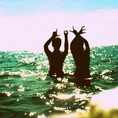 i want to take a pic like this with my baby next time we go to our beach house..aww
