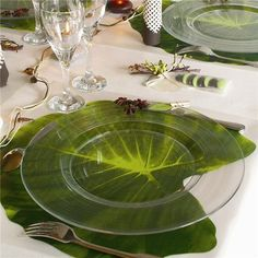 Tropical wedding decor idea: Clear plate on a large leaf Table Arrangements, Floral Arrangements, Place Settings, Table Settings, Clear Plates, Deco Floral, Deco Table, Decoration Table, Dinner Table