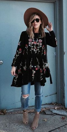 Boho Style Picture Description Take me away! Reddish-pink flowers top this brooding black as night dress, making it perfect for day to evening wear. Mode Hippie, Mode Boho, Mode Chic, Mode Style, Look Fashion, Winter Fashion, Womens Fashion, Fashion Trends, Street Fashion