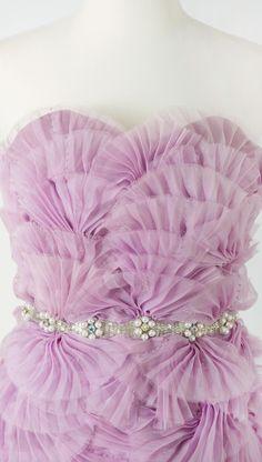 AD1013 Vestido strapless de escote corazón en organza de seda plisada con abanicos bordados aplicados a mano y cinto con incrustaciones de pedreria y perlas.