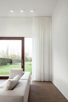 a beautiful, simple Leroy Merlin White for the modern living room - Wohnzimmer - Vorhang Floor To Ceiling Curtains, Home Curtains, Curtains Living, Modern Curtains, Big Window Curtains, Bedroom Curtains With Blinds, Lounge Curtains, Curtain Door, Sunroom Windows