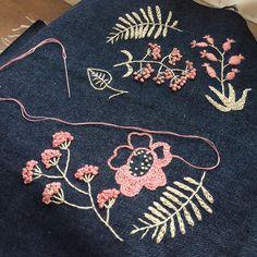 #樋口愉美子 さんのsummer flowers 母もやってみたいと言うので、2人で交代で刺しています。帰宅後、今日はどのくらいやった?と進み具合をチェックするのだけれど、スピードがかなり落ちていて、図案も消えかかっています… この図案写しが大変なんだよな〜^^; #刺繍 #embroidery #needlework #2色で楽しむ刺繍生活