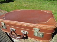 """Ein """"JAHRZEHNTE"""" -alter, brauner *Koffer / Reisekoffer*.  Aufkleber innen: VEB Kindelbrück  Material - Vulkanfiber, auch Lederstein oder Cottonid genannt. Vulkanfiber wurde früher anstelle..."""
