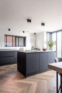 Kitchen Designs Photos, Modern Kitchen Design, Modern Kitchen Inspiration, Rustic Kitchen, Kitchen Dining, Kitchen Decor, Dark Kitchen Cabinets, Kitchen Paint, Kitchen On A Budget