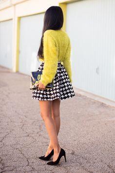 Saida rodada curta padrão pied de coq e blusa amarela