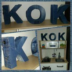 Keukentje voor jongens. Letters van de Xenos bekleed met oude spijkerbroeken
