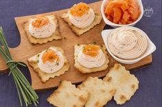 Le sfoglie classiche con quark e salmone marinato sono un gustoso finger food a base di mousse di salmone aromatizzata con erba cipollina.