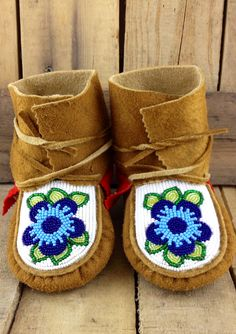 Hand-Tanned Moose Hide Infant Wraparounds with Blue Beaded Flowers Beaded Moccasins, Baby Moccasins, Beaded Crafts, Beaded Ornaments, Aboriginal Clothing, Baby Moccasin Pattern, Powwow Regalia, Native Design, Nativity Crafts