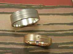 * wedding rings   oogst-sieraden * Trouwringen * Roodgoud met lijnenstructuur met 0,005 crt bruine diamant * 540 euro * Witgoud met lijnenstructuur, breder model * 850 euro *