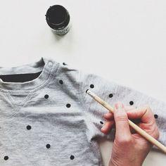 Una camiseta lisa y aburrida puede dejar de serlo con muy poco esfuerzo.